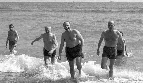 Fraga sortint del mar el 1966.