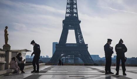 La Policia vigila que es compleixi el confinament imposat pel Govern a la ciutat de París.