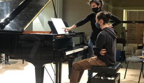 La reconeguda pianista Alba Ventura va impartir classes magistrals a alumnes del Conservatori de Cervera.