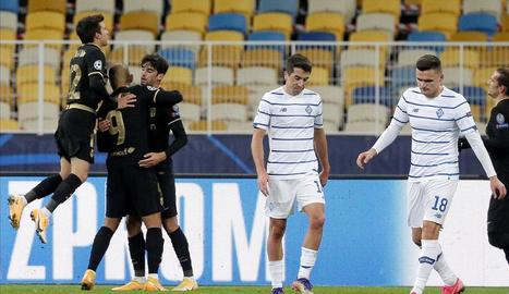 Riqui Puig i Trincao feliciten Braithwaite al fer el gol de penal.