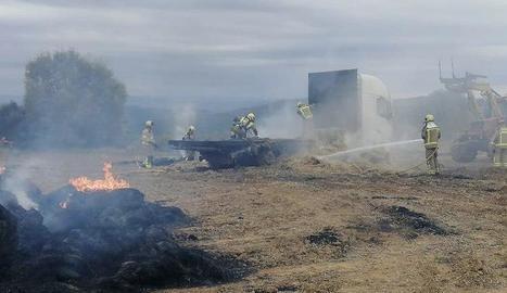 Bombers van evitar que el camió es calcinés del tot.