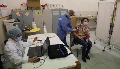 Una dona vacunant-se de la grip l'octubre passat al centre cívic de Cappont.