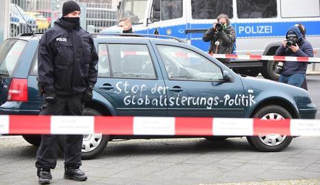 Protesta contra la globalització intentant estavellar un cotxe a la seu de la cancelleria - Un automòbil va irrompre ahir a la zona de seguretat de la cancelleria alemanya estavellant-se al costat de la tanca que dóna accés a l'edifici, en el ...