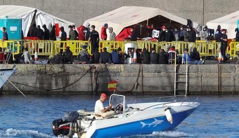 Els immigrants tornen a amuntegar-se al moll d'Arguineguín després de les últimes arribades.