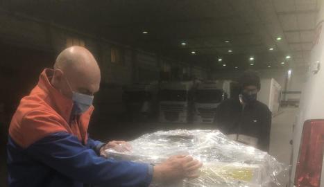 Un treballador de Seur manipulant diversos paquets, ahir.