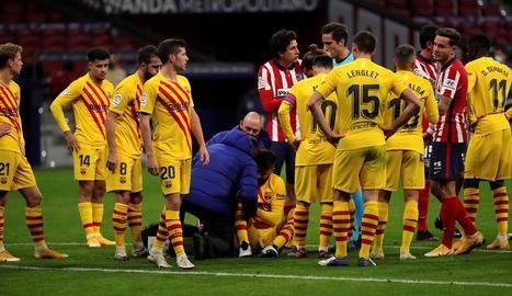 Gerard Piqué, atès a la gespa del Wanda Metropolitano, lesionat de gravetat.