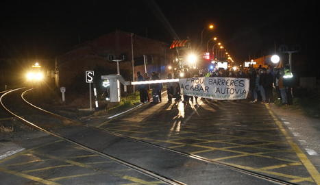 Els manifestants davant del pas de la C-13, just abans de passar un dels combois de la línia.