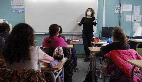 L'educadora social Sandra Vidal, a la classe de cicle mitjà de l'escola Camps Elisis.