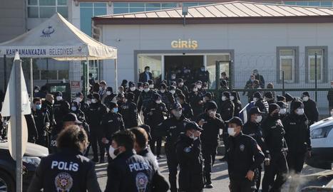 La policia assegura l'àrea davant la presó de Sincan durant l'audiència final als 475 acusats.