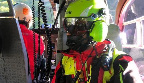 L'equip de muntanya dels Pompièrs va treballar amb l'helicòpter.