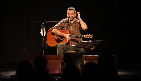 Més de seixanta persones, en un aforament reduït, van gaudir ahir del concert al Cafè del Teatre.