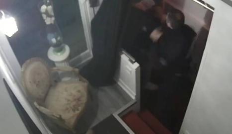 Els agents van donar una pallissa a l'home per no portar màscara.