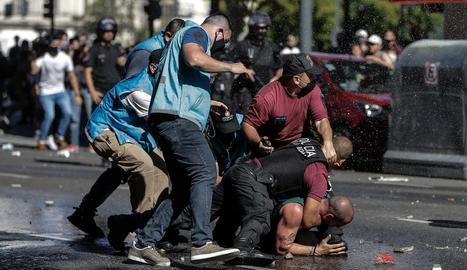 Policies argentins redueixen un aficionat, durant el caòtic comiat a Maradona a Buenos Aires.