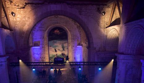 Escenaris. A la dreta, Juno a l'església de San Lorenzo de Úbeda. A dalt,  enregistrant una entrevista a Los Alcázares.