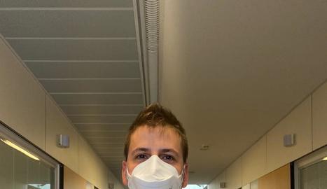 Ànims des de les plantes Covid - El personal sanitari ha viscut situacions molt estressants i dures durant la pandèmia de coronavirus que es va iniciar al març. Però també troba moments de descans com a la imatge, on Marc Ferreres (zelador), A ...