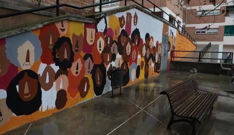 El mural decora una paret de 49 metres quadrats davant de la parròquia de Sant Pau, a la Mariola.