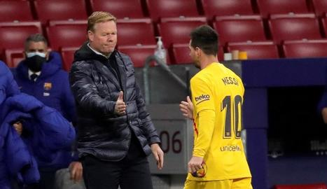 Koeman saluda Messi durant un partit.