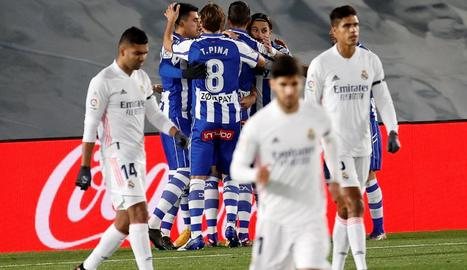 Jugadors de l'Alabès celebren el primer gol davant del Madrid.