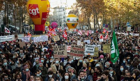 Milers de persones van protestar contra la llei mordassa que vol aprovar Macron, ahir a París.