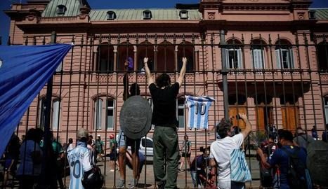 Aficionats s'amunteguen davant la Casa Rosada, on hi havia el fèretre.