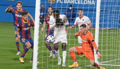 Acció que va acabar amb el gol del Lleida, a la recta final del partit, ahir a l'estadi Johan Cruyff.
