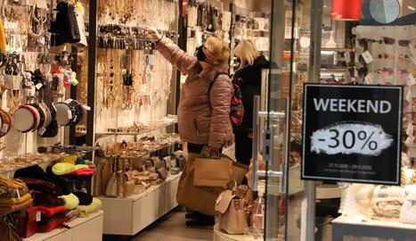 Els comerços continuaven oferint descomptes pel Black Friday.