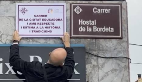 La placa que llueix vora l'oficial del carrer Hostal de la Bordeta.