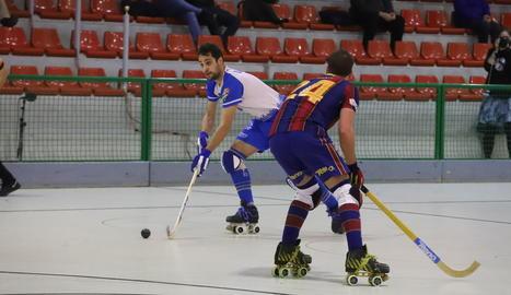 Andreu Tomàs lluita per la bola amb un jugador del Barcelona, en una acció del partit d'ahir.