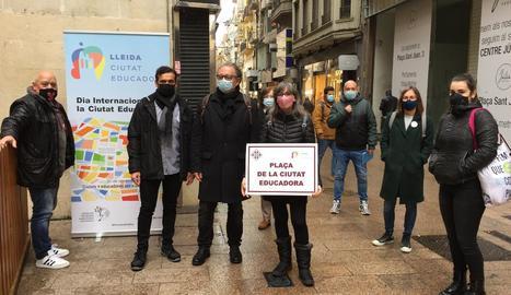 La regidora Sandra Castro amb la placa de la Paeria, que ahir es va dir plaça de la Ciutat Educadora.
