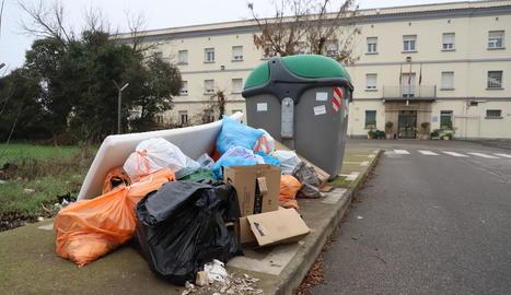 Imatge dels abocaments al costat del contenidor de vidre a prop de la presó a Ciutat Jardí.