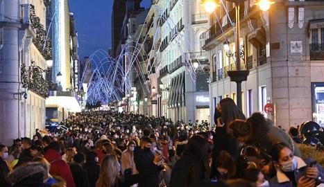 El carrer Preciados de Madrid es va omplir de gent en el primer cap de setmana nadalenc.