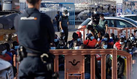 Atenció als immigrants que van ser remolcats a Tenerife.