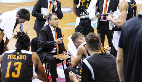 Gustavo Aranzana dóna instruccions als jugadors durant el partit amb el Reial Múrcia.