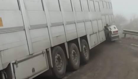 Tallada una carretera a Gavet de la Conca en quedar encallat un camió en un revolt