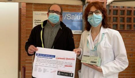 L'entrega d'entrades gratuïtes de cinema als sanitaris del CAP de Tàrrega de la mà dels responsables del Circuït Urgellenc.