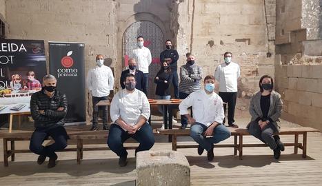 Els xefs de diferents restaurants de Lleida i comarques de Ponent que s'han sumat a la campanya per fomentar sopars gastronòmics a partir de dos quarts de vuit de vespre.