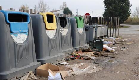 Residus fora dels contenidors, ahir a l'Horta.