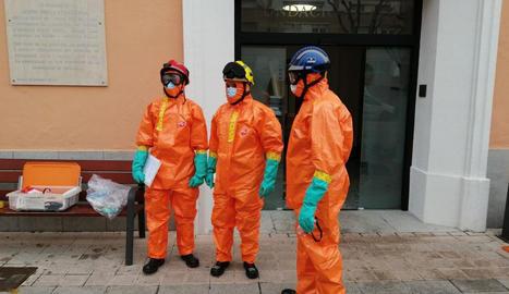 Els bombers van dur a terme treballs de desinfecció a la residència de Tremp diumenge.