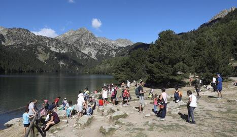 El turisme ha aguantat millor a Lleida que en altres zones. Estany de Sant Maurici aquest estiu.