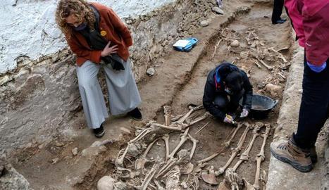 La consellera de Justícia, Ester Capella, a la fossa del cementiri de Salomó.