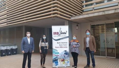 El responsable de Promoció de l'IRBLleida, amb la investigadora en formació, Leila Romero El Khayat; Paquita Ràfales, i l'investigador, Gerard Piñol.