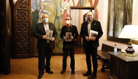 Antoni Gelonch, Francesc Canosa i Jaume Rutllant, poc abans de la presentació del llibre a la Paeria.