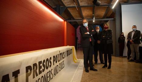 Torra va entregar ahir la pancarta que va provocar la inhabilitació al Museu d'Història de Catalunya.