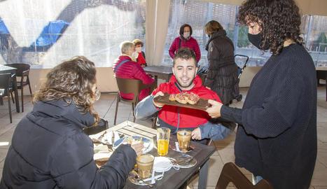 Imatge d'un dinar en un bar de Tàrrega, on es permet un màxim de quatre persones per taula.