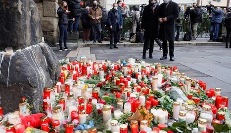 Espelmes i flors en record a les víctimes de l'atropellament deliberat.