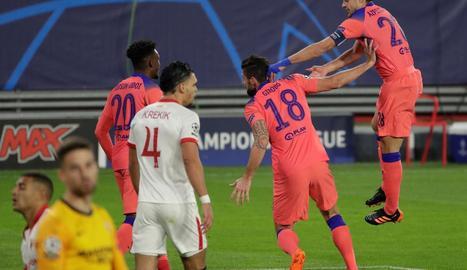 Giroud celebra el primer dels seus quatre gols davant del Sevilla.