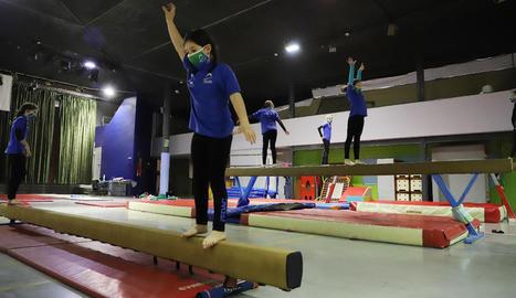 Les gimnastes del FEDAC, ahir, ultimant la preparació per al Campionat d'Espanya.