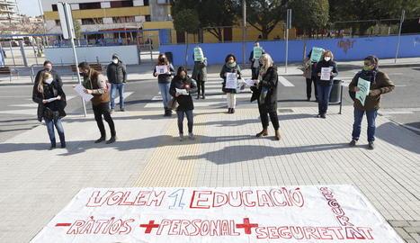 Concentració dels sindicats educatius ahir a Lleida.