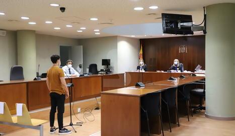 El jove, ara absolt, durant el judici a l'Audiència de Lleida.