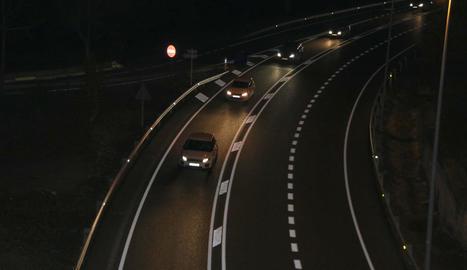 Cotxes en direcció a la Cerdanya per la C-16, ahir, al terme de Cercs.
